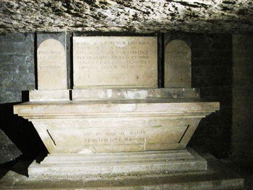 Autel Obelisque in Paris Catacombes