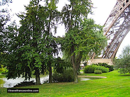 Champ de Mars - Pond near the Eiffel Tower