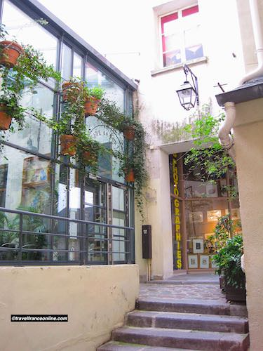 One of the many courtyards and passages in the Quartier Saint Paul