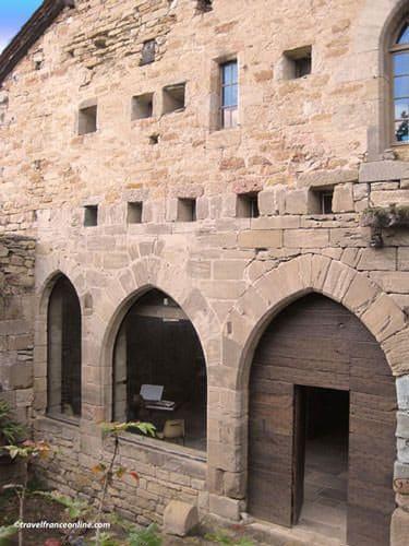 Capdenac le haut uxellodunum stronghold for Ancienne maison des gardes lourmarin france
