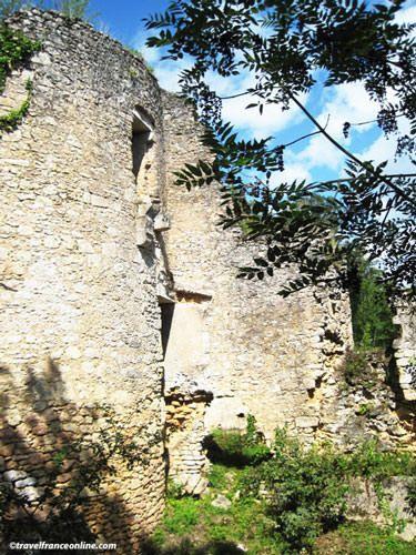 Chateau du Petit Marzac aboveLa Madeleine rock shelter