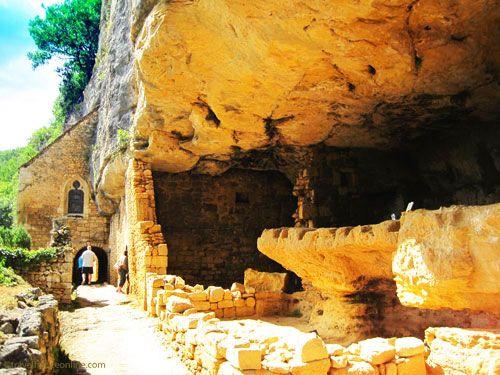 La Madeleine rock shelter - Troglodyte dwellings, main 'street' and chapel