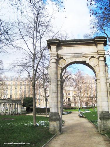 Parc Monceau - Renaissance arch from the Hotel-de-Ville
