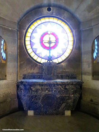 Chapelle Expiatoire - Black marble altar in the crypt