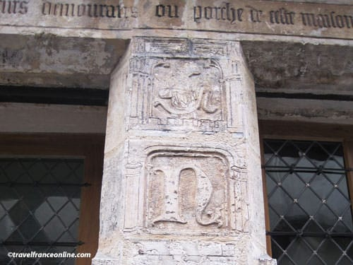 Nicolas Flamel House - Pillar with Nicolas' initial
