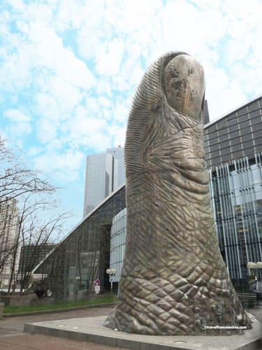 Le Pouce de Cesar in La Defense
