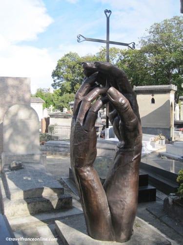 Montparnasse Cemetery - Hands sculpture