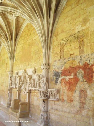 Abbaye de Cadouin - Murals and sculptures in cloister's gallery