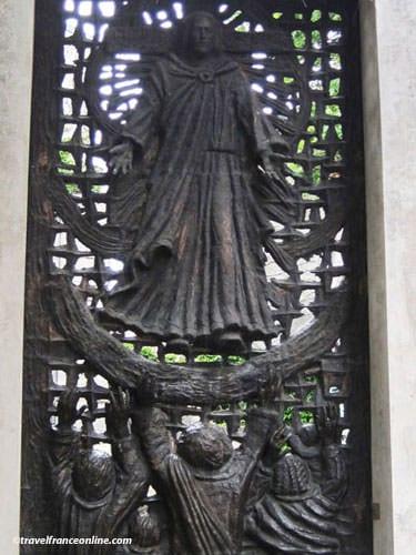 Petit Cimetiere du Calvaire in Montmartre - Bronze gate by Gismondi