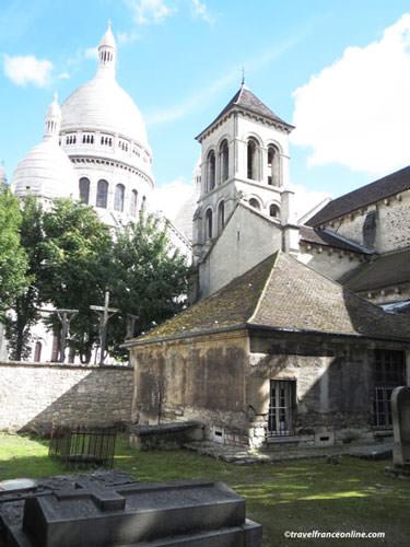 Petit Cimetiere du Calvaire in Montmartre - Sacre-Coeur in the background