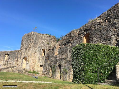 Chateau de Bricquebec - Ruined gate and outbuildings