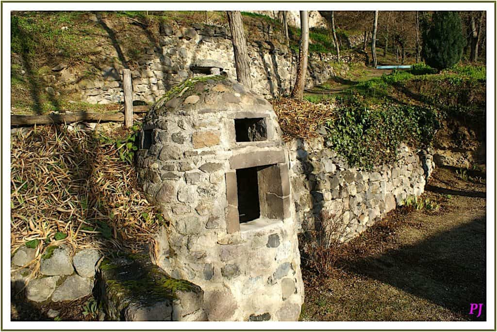 Les Grottes de Perrier - Restored well