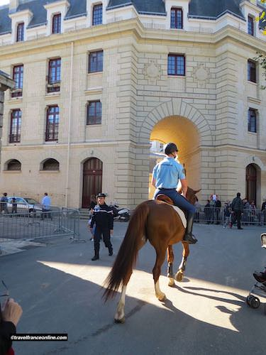 Rider and horse by the Quartier des Ménages, the Garde Republicaine staff quarters