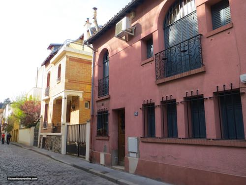 Villa Seurat - Maison Thiriet (pink) at No.18 and Maison Magnelli at No.20