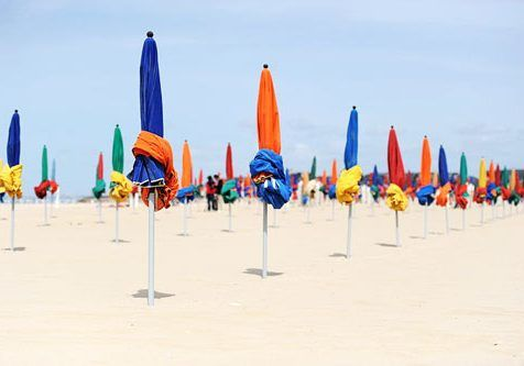 500px-Parasols_on_the_beach_in_Deauville_008