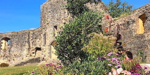 Chateau de Bricquebec - Ruined gate and rampart