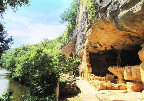 La Madeleine rock shelter - Troglodyte dwellings overlooking the Vezere River