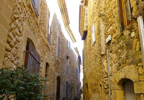 Mistral-narrow-Provencal-street